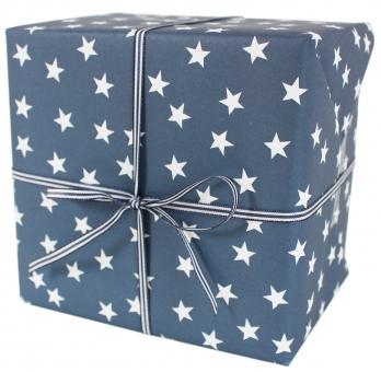Geschenkpapier mit Sternen weiß/ blau von AVG&Yves